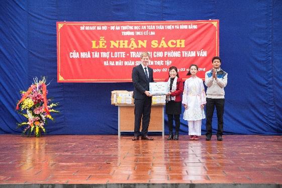 Trường THCS Cổ Loa nhận tài liệu phục vụ phòng tham vấn